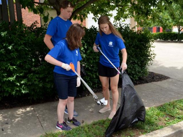 Picture of teens completing a service project